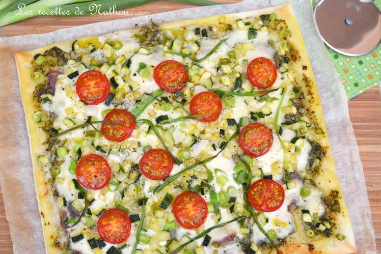 Pizza de courgette, jambon cru, tomates cerise, pesto et mozzarella