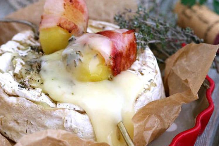 Camembert rôti au four, pommes de terre lardées