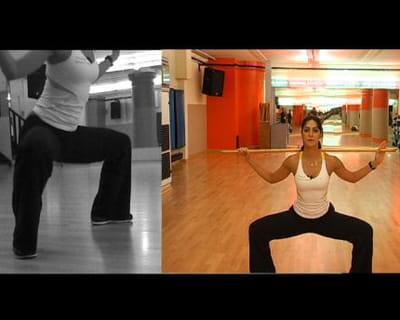 flexion de hanches et genoux, jambes écartées avec bâton