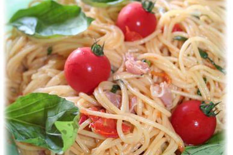 Spaghettis au jambon cru, tomates cerises, basilic