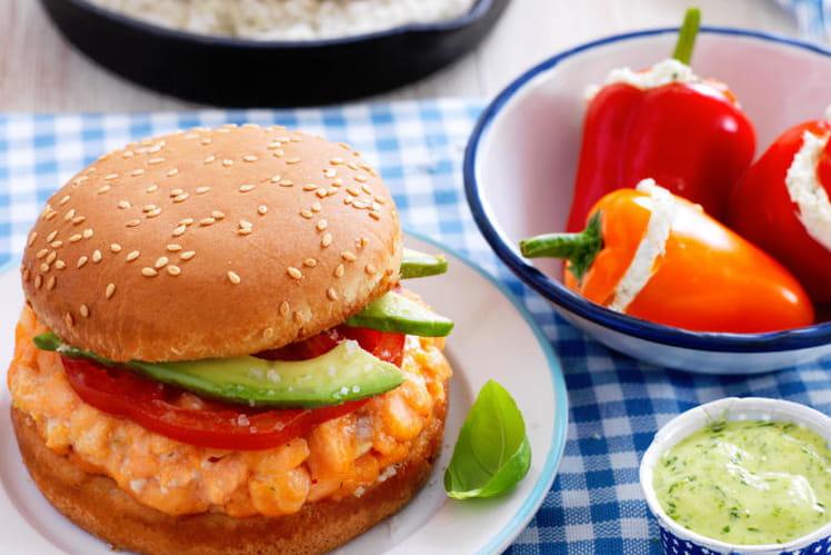 Burger de saumon cuit sur son lit de Gros Sel de Guérande et ses mini poivrons farcis
