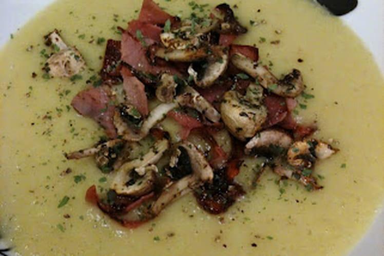 Velouté de poireaux au gingembre & champignons et bacon grillés