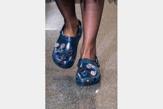 Les Crocs à cristaux du défilé Christopher Kane