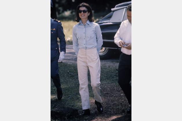 Jackie Kennedy en chemise bleue et pantalon blanc