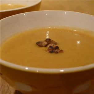 soupe de céleri-rave aux noix grillées.