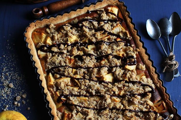 Tarte aux pommes, crème amandine au caramel, crumble de noisettes