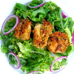salade mêlée, oignons rouges et artichauts panés