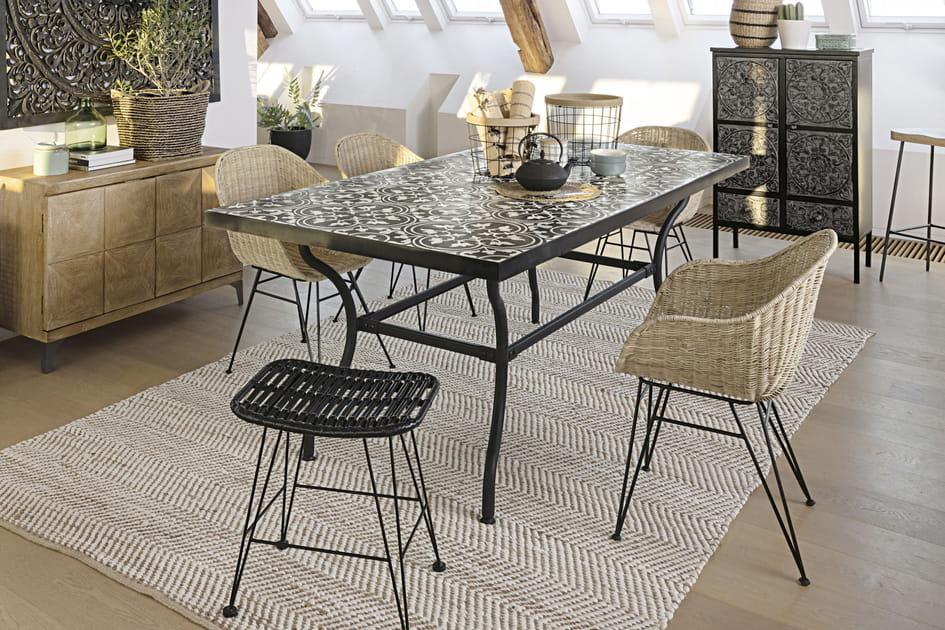 Table avec plateau en carreaux