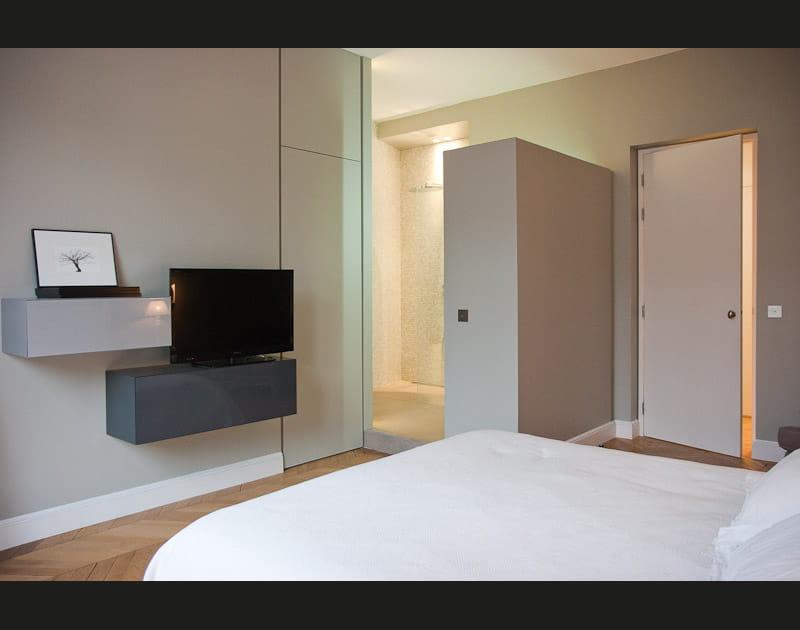 Une salle d'eau ouverte sur la chambre