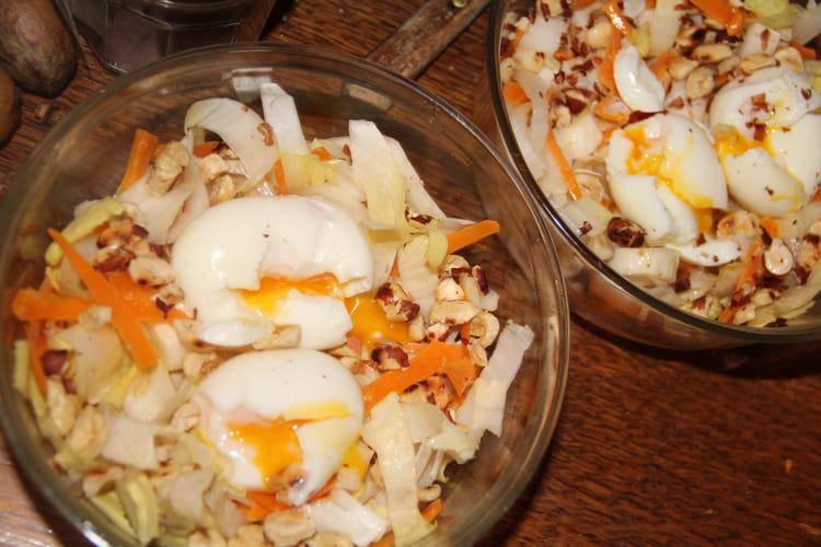 Salade d'endives, mimolette, noisettes et oeufs fendus