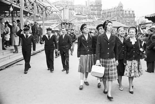Jeunes anglaises et marins français, Paris, 1959