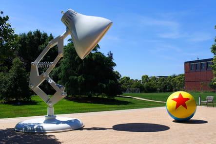 La lampe et le ballon de Luxo Jr. souhaitent la bienvenue