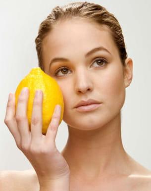 certaines lectrices mélangent des gouttes de citron à du miel et d'autres
