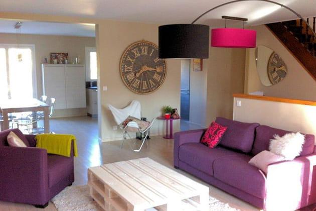 Avant-après : un séjour métamorphosé en rose et violet