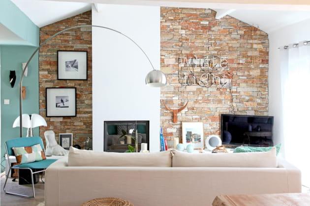 Salon au mur en pierres