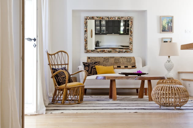 un grand miroir. Black Bedroom Furniture Sets. Home Design Ideas