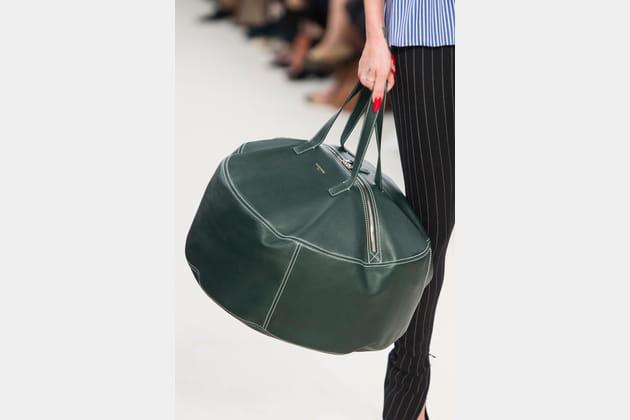 Le sac tambour rond en cuir du défilé Balenciaga