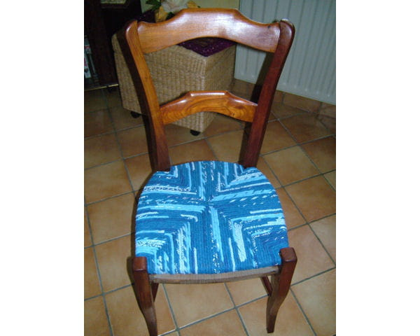 Une Chaise Rempaille Avec Du Tissu Bleu