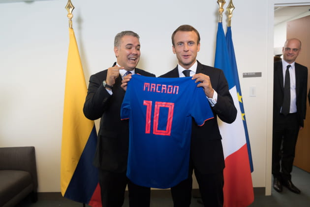 Un nouveau maillot (très foot) pour Emmanuel Macron