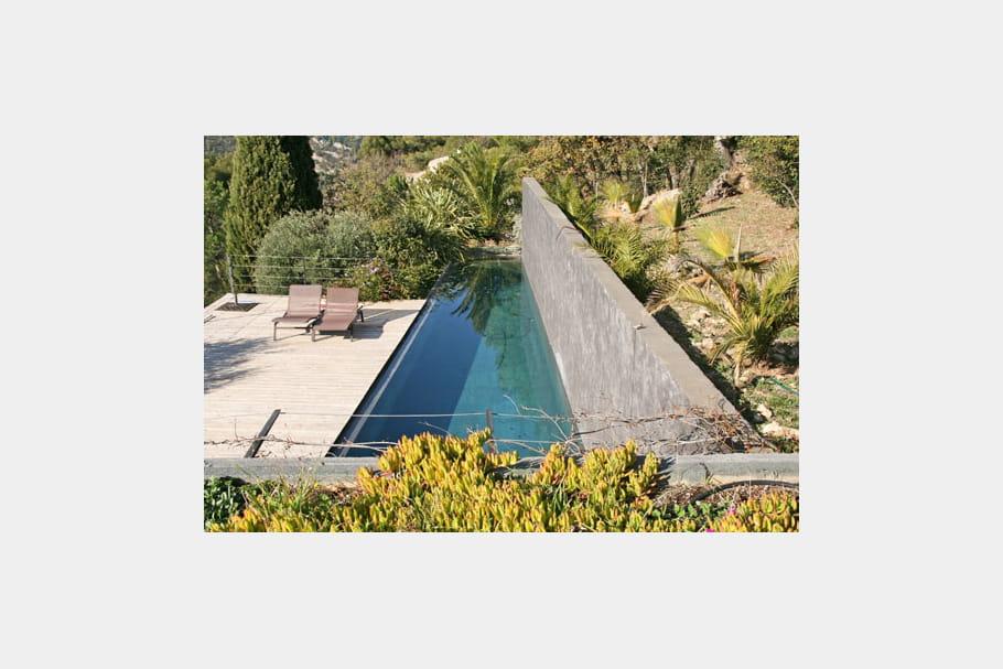 une maison fondue dans la nature piscine des exemples de bassins qui font r ver journal. Black Bedroom Furniture Sets. Home Design Ideas