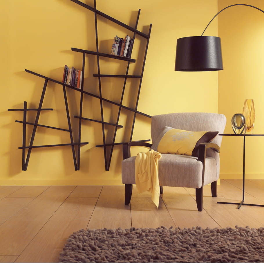 un salon jaune cosy des couleurs chaudes sur les murs du salon journal des femmes. Black Bedroom Furniture Sets. Home Design Ideas