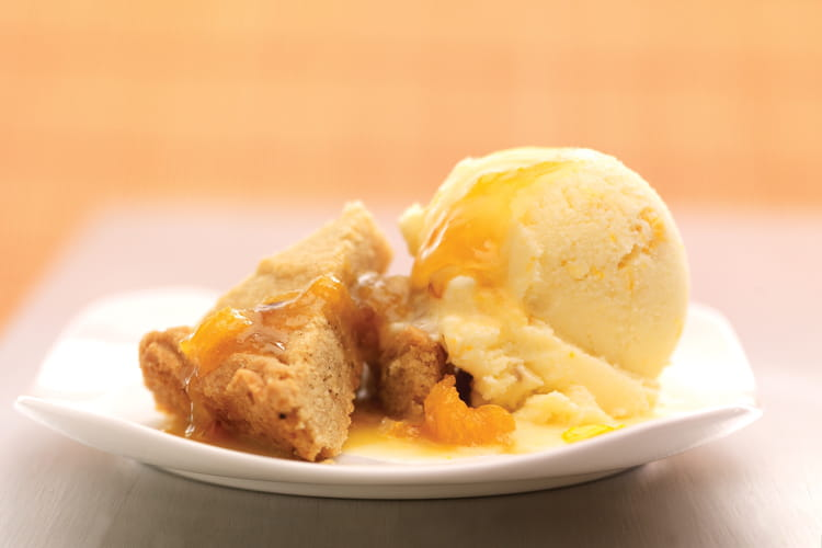 Sorbet à l'orange grillée, sauce chaude au rhum, biscuit aux épices