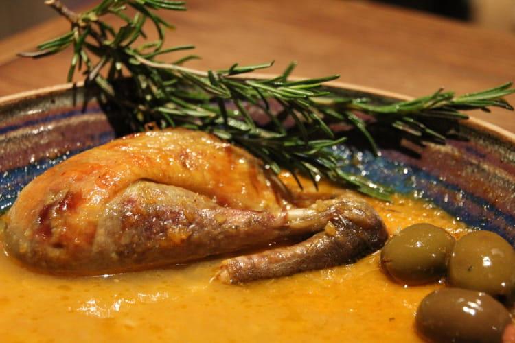 Pintade rôtie sauce à l'orange, olive et romarin