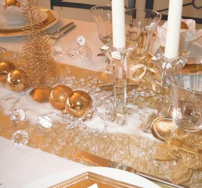 or et flocons sur le chemin de table