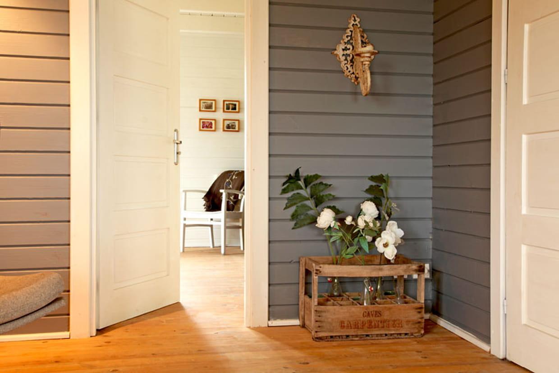 murs en lambris. Black Bedroom Furniture Sets. Home Design Ideas