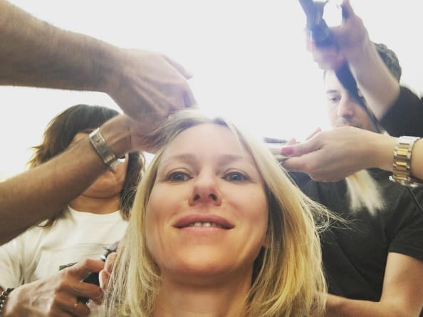 Naomi Watts, en plein coiffage