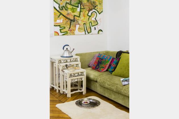 Séjour bohème avec canapé, coussins et tables basses