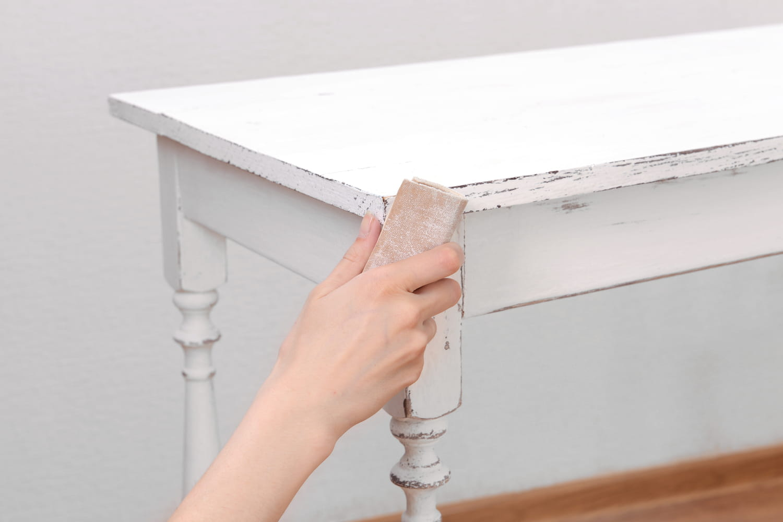 Comment décaper un meuble facilement?