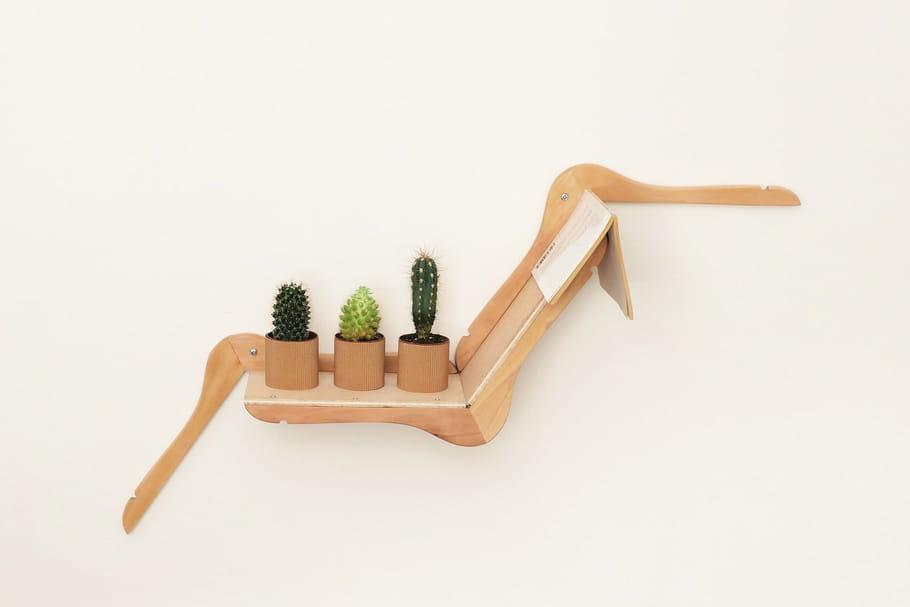 Fabriquez vous-même une jolie étagère avec des cintres en bois