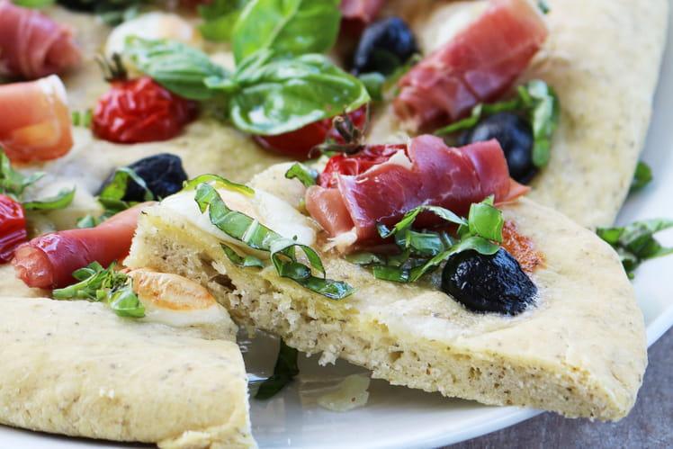 Focaccia mozzarella, tomates, jambon fin italien et olives noires Bio