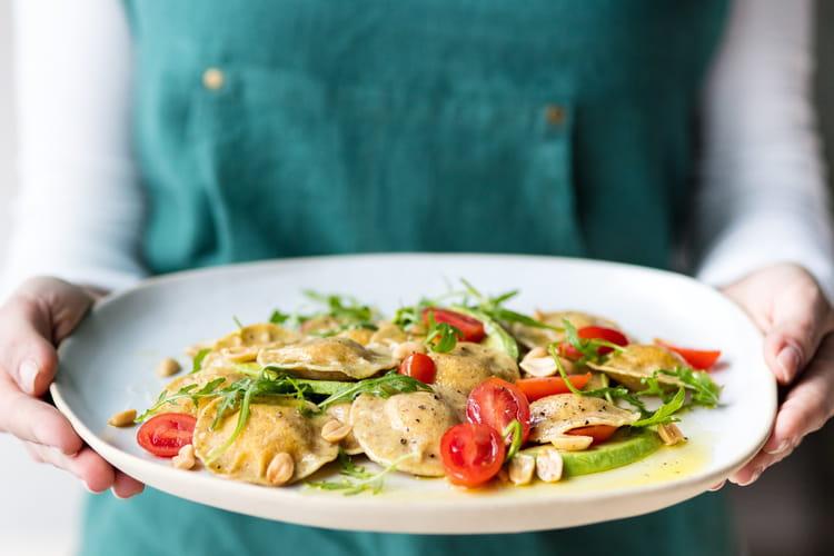 Salade de ravioli bio au blé complet petits pois tendre et fondants Giovanni Rana aux tomates cerises, avocat, roquette et cacahuètes