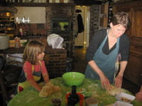 perrine et sa fille cuisinent ensemble.