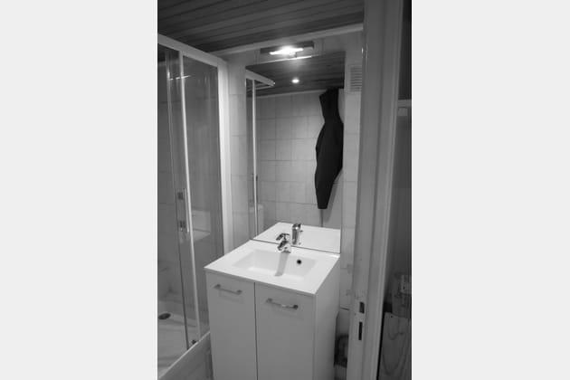 Avant: une salle de bains sans rangements