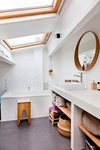 Béton ciré au sol de la salle de bains sous les toits