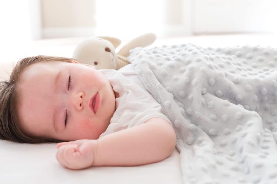 Sommeil bébé: conseils et besoins selon son âge