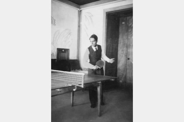 Francois Mitterrand jouant au ping-pong en 1935