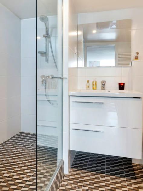 Une salle de bains moderne au sol graphique