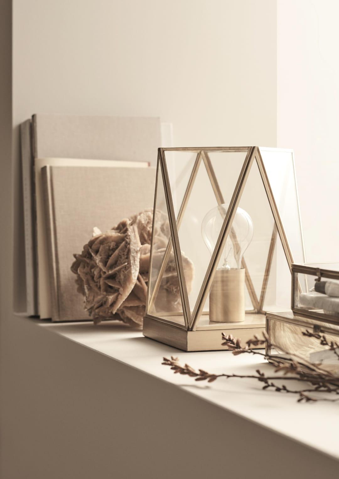h m home lance sa premi re ligne de petit mobilier et de luminaires. Black Bedroom Furniture Sets. Home Design Ideas