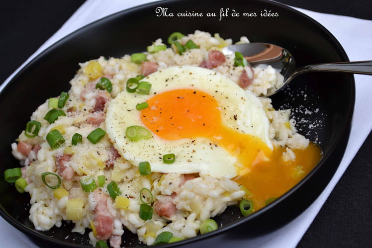 Risotto aux poireaux, lardons grillés et oeuf sur le plat