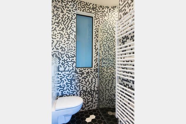 De la mosaïques noires et blanches dans les WC