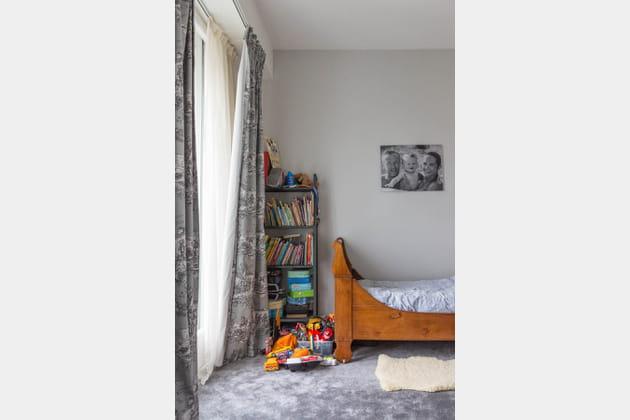 Chambre d'enfant épurée et grise