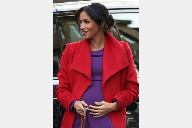 Meghan Markle en manteau rouge bas violet