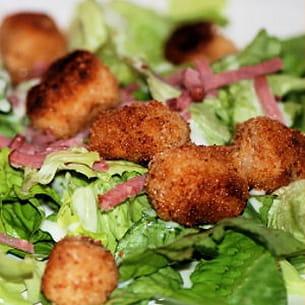 panés de quenelles sur lit de salade