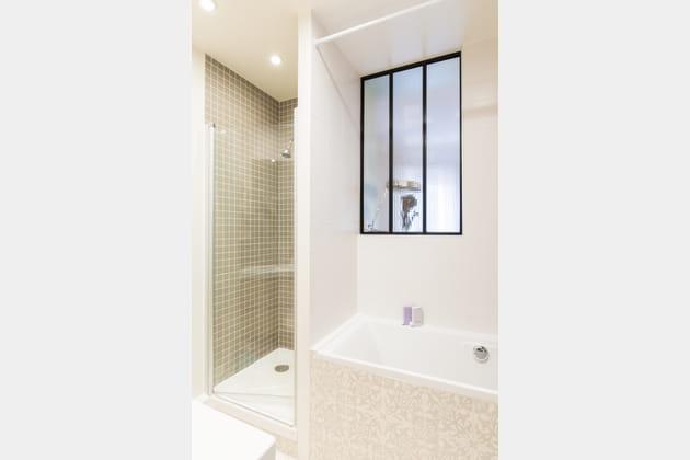 Salle de bains avec fenêtre