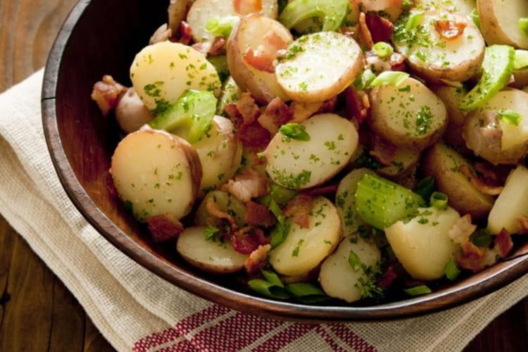 Salade de pommes de terre, lardons et cornichons francais