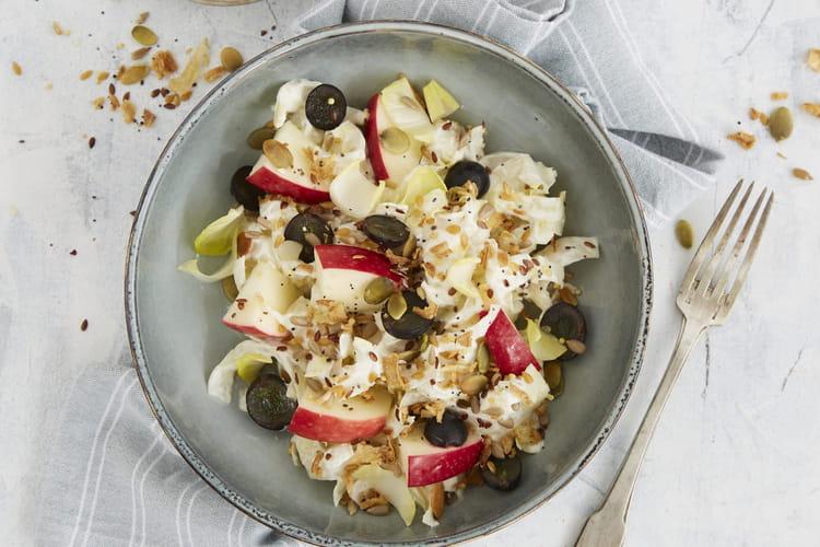Salade d'endives au fromage, saveur graines et oignons frits